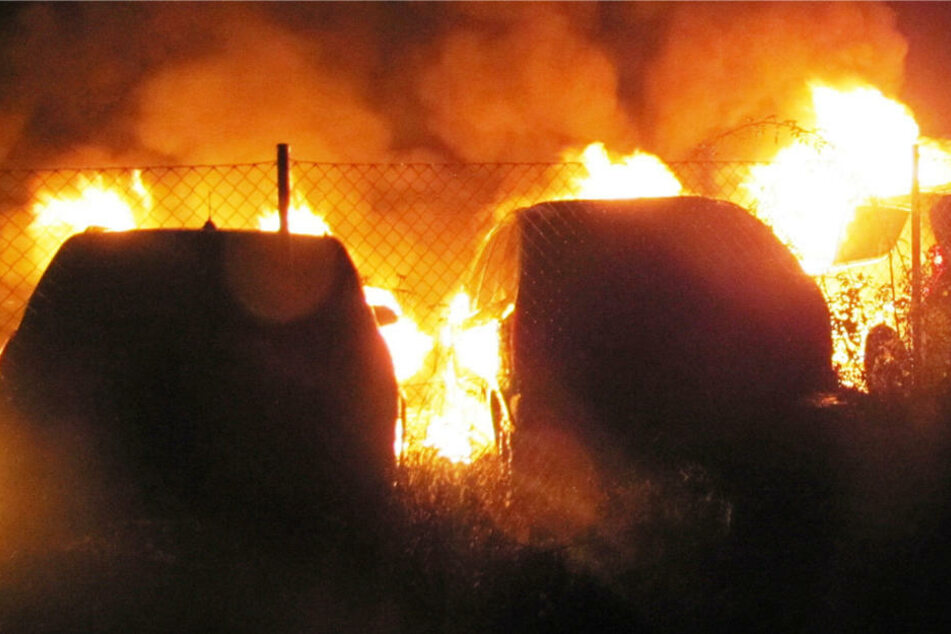 Autos gehen in Frankfurt in Flammen auf