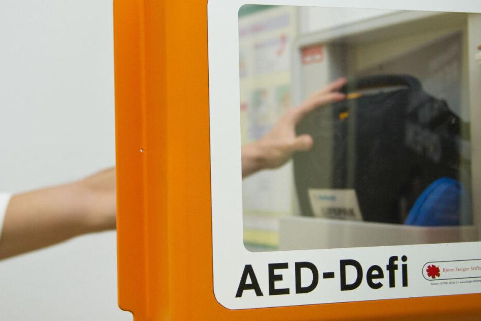 Entsprechende Defibrillatoren können in Notsituationen Leben retten. (Symbolbild)