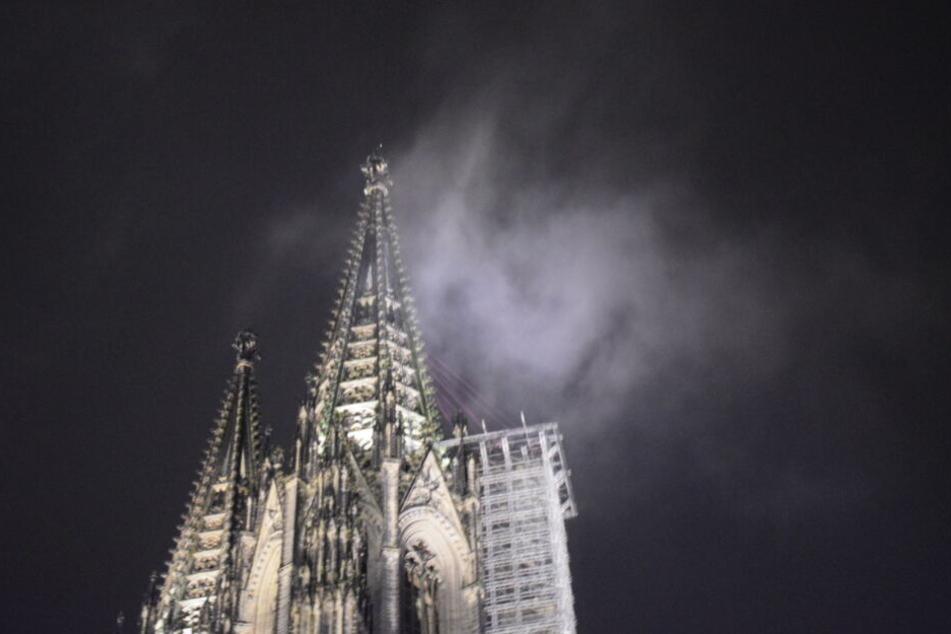 Bei dem vermeintlichen Rauch am Nordturm des Kölner Doms handelte es sich um eine Regenwolke.