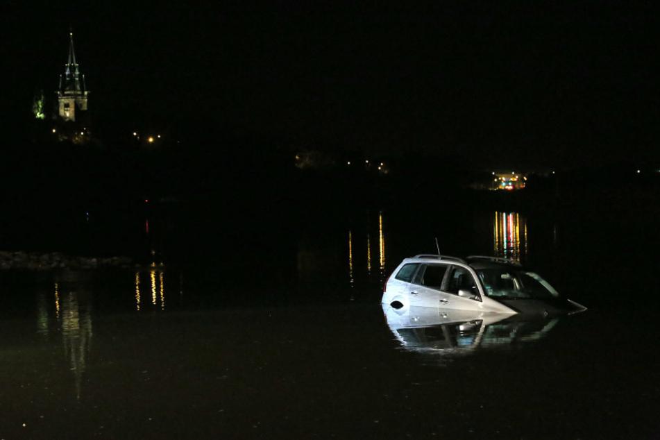 Der Wagen war von einem Parkplatz in die Elbe gerollt.