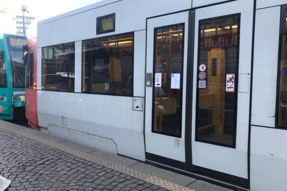 Aufgrund des Unfalls ist der Betrieb der Linien 1 und 7 derzeit unterbrochen.