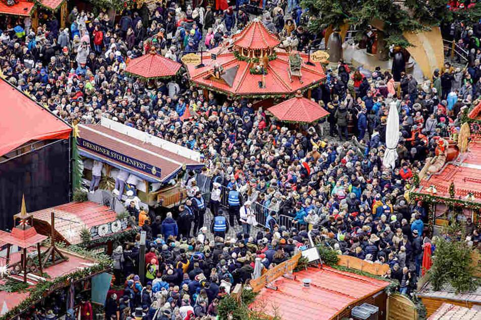 Andrang am Striezelmarkt: Jeder wollte gestern ein Stück vom Riesenstollen abhaben.