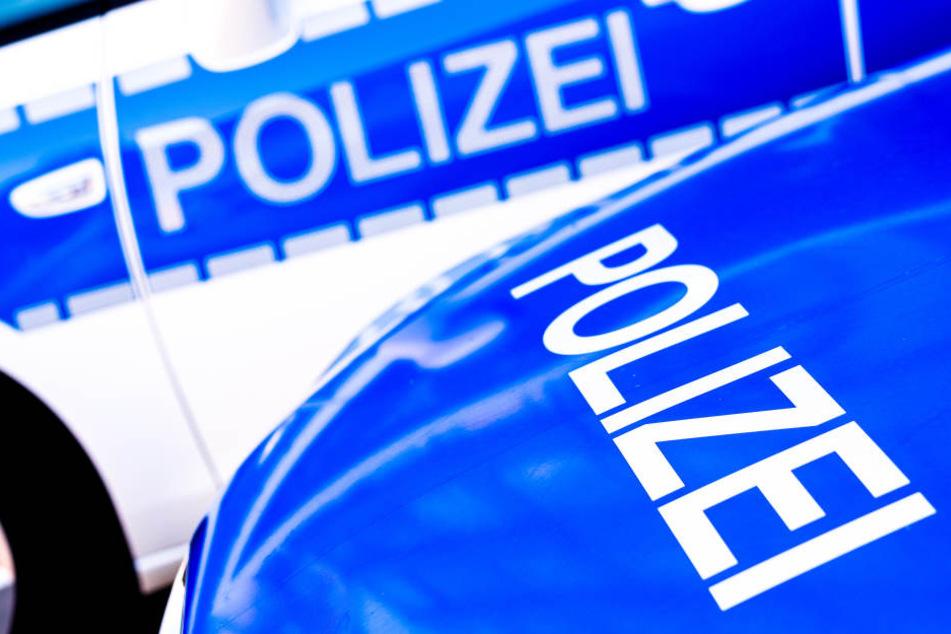 Die Polizei sucht nach den Fahrer des Wagens. (Symbolbild)