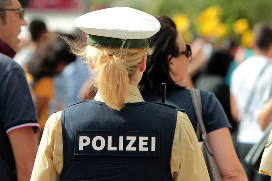 Eine Frau aus Dortmund darf nicht Polizistin werden, weil sie Silikonbrüste hat.