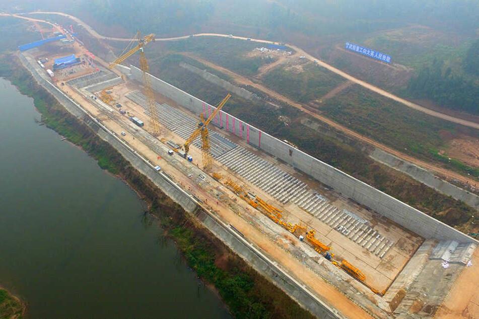 In China entsteht ein riesiger Titanic-Nachbau nahe einem Fluss.