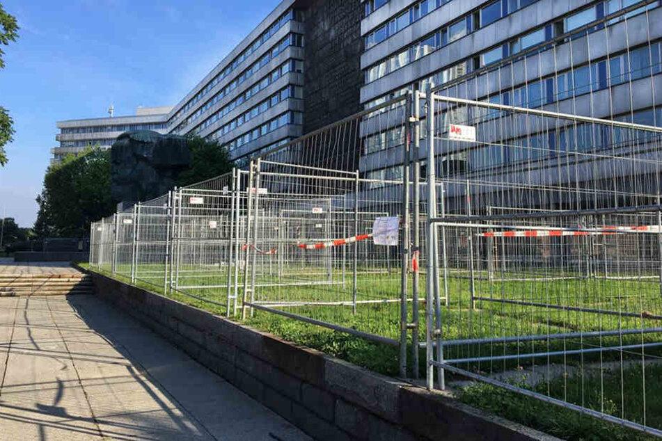 Zwischen Marx-Monument und Straße der Nationen stehen schon die ersten Zellen.