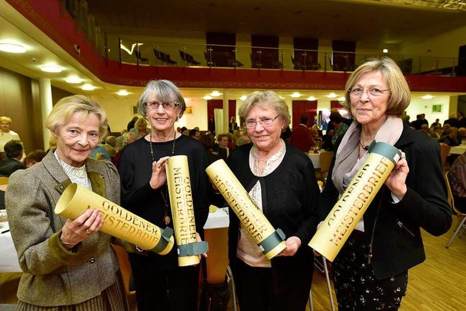 """Vor 50 Jahren absolvierten Barbara Langer und diese drei Kolleginnen gemeinsam ihren Meisterlehrgang. Jetzt gabs für das Quartett den """"Goldenen Meisterbrief""""."""