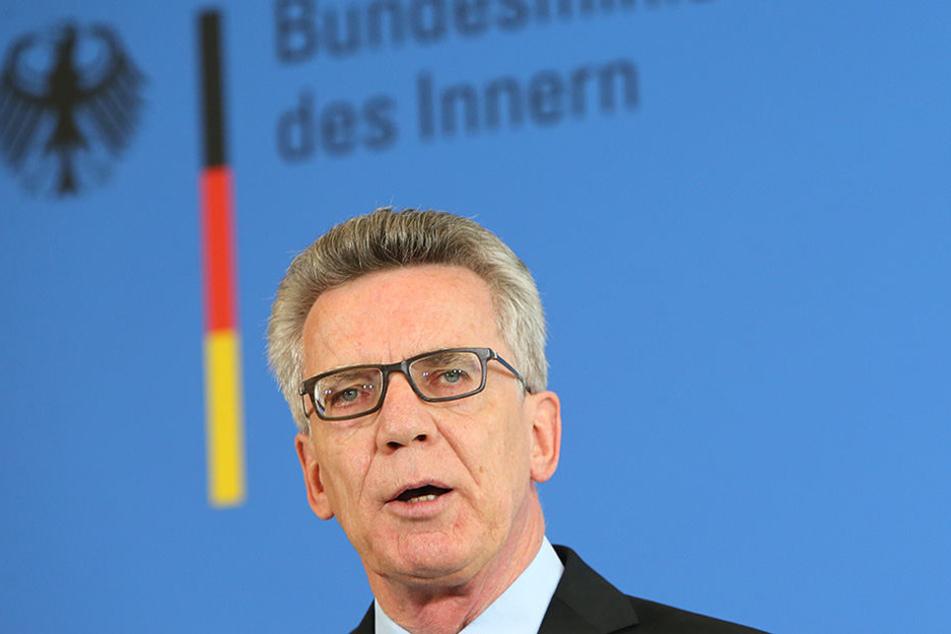 Der Bundesinnenminister will sich im Berliner Bahnhof Südkreuz über den umstrittenen Versuch zur automatischen Gesichtserkennung informieren.