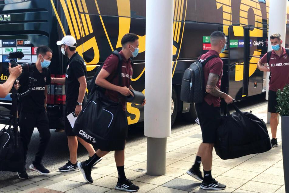 Die Mannschaft macht sich nach der Ankunft voll bepackt auf den Weg ins Hotel.