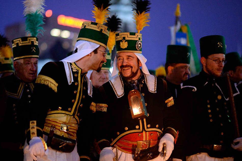 Bei den Bergparaden marschieren die Mitglieder der Bergmanns-, Hütten- und Knappenvereine in den traditionellen Trachten.