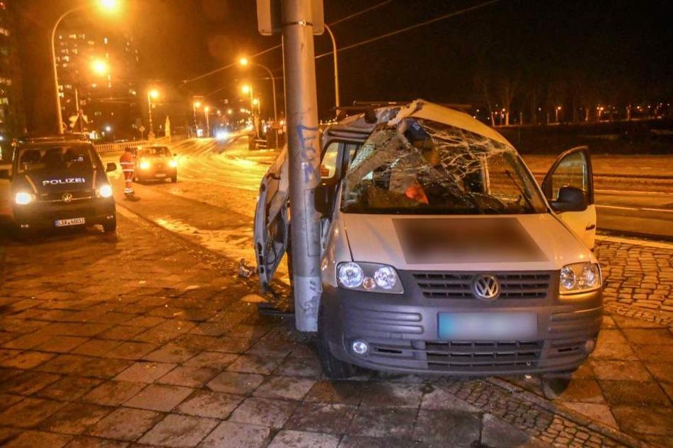 Fahrer schwer verletzt: Pkw wickelt sich um Laternenmast