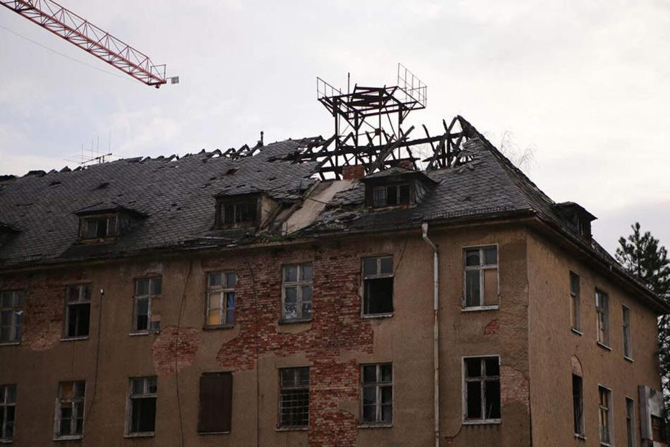Der durch das Feuer teilweise zerstörte Dachstuhl in der Max-Liebermann-Straße am Morgen danach.