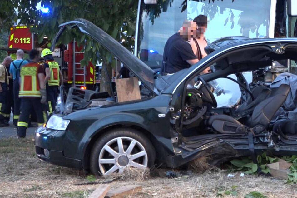 Der Audi wurde bei dem Zusammenstoß massiv beschädigt.