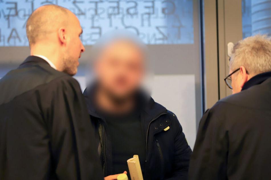 Der angeklagte Mann (Mitte) gestand die Tat. Er schoss sieben Mal auf das Opfer.