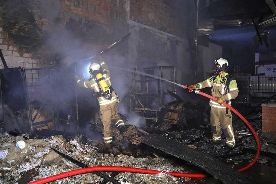 Das Feuer war mitten in der Nacht auf einem Firmengelände ausgebrochen.