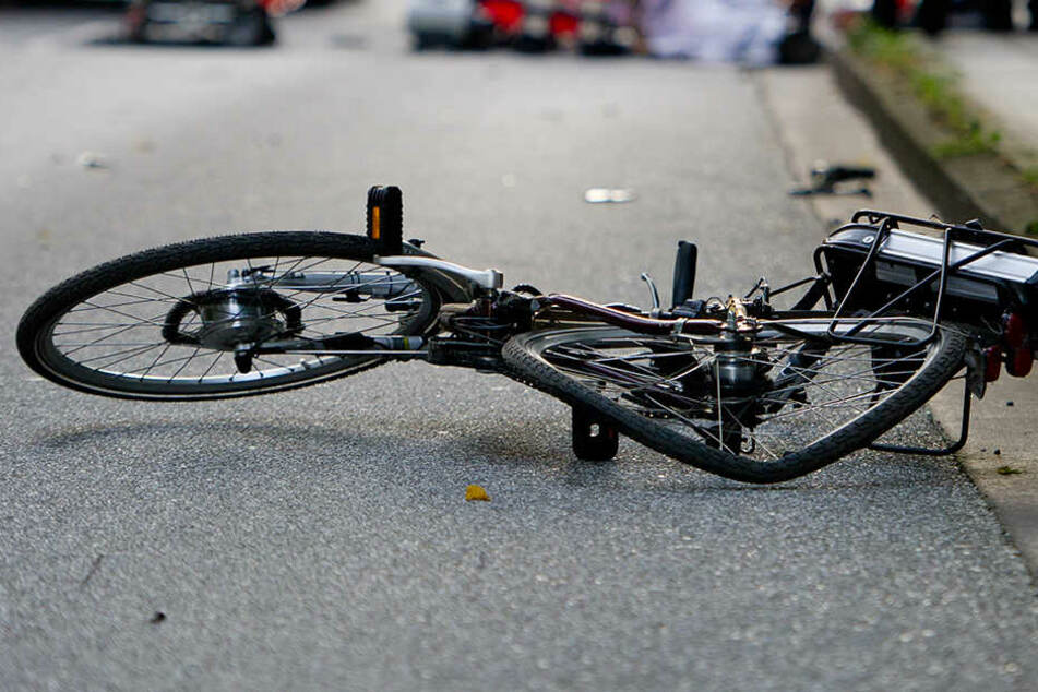 Radler bei Unfall verletzt: Autofahrer übersieht Biker und haut ab