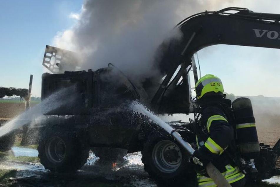 Der brennende Bagger musste gelöscht werden.