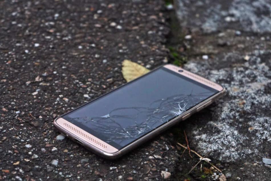 Der Angeklagte stieß mit dem Rentner zusammen, dabei fiel sein Handy auf den Boden. (Symbolbild)