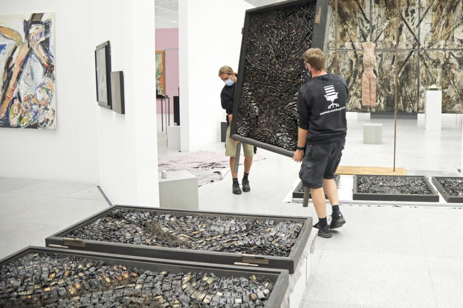 Mitarbeiter des Museums bringen den sogenannten Streichholzaltar ins Depot.