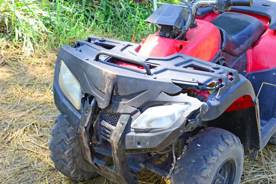 Tödlicher Unfall: Mann (23) liegt leblos neben seinem Quad auf einem Feldweg
