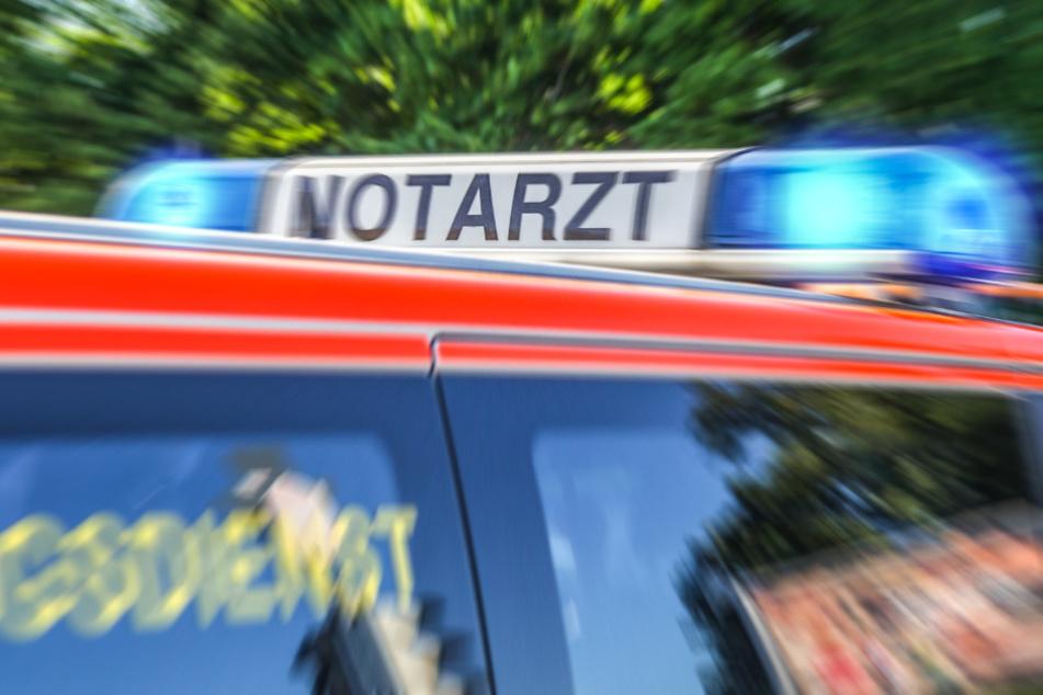 Bis zum Eintreffen der Rettungskräfte leisteten Passanten Erste Hilfe. (Symbolbild)