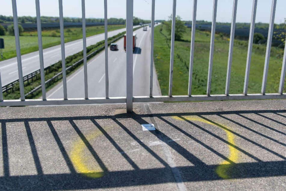 Unbekannte hatten offenbar einen Stein von der Brücke über der A72 geworfen. (Symbolbild)