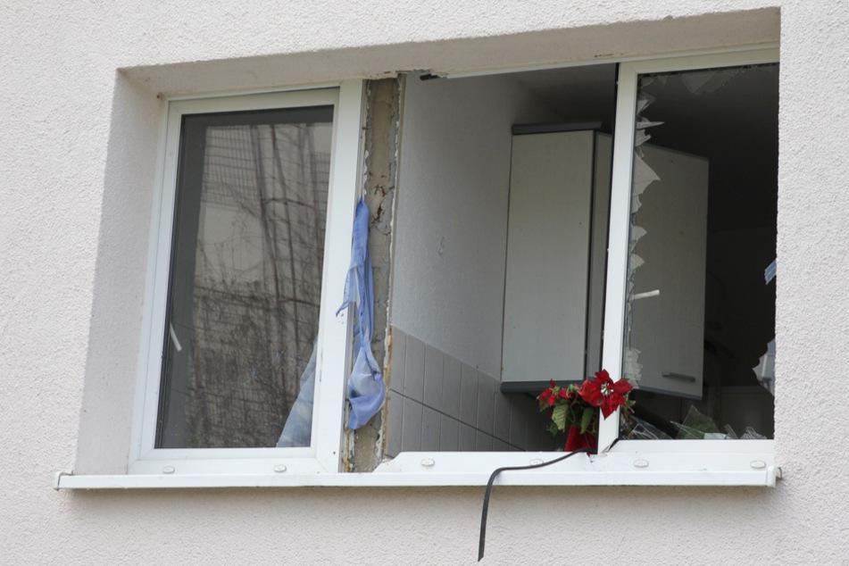 Die Fensterscheiben sprangen durch die Explosion heraus.