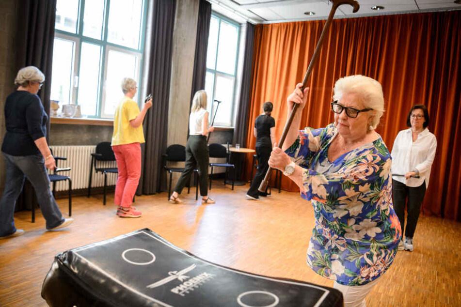 """Selbstverteidigung mit Krückstock: Deshalb lernen Senioren jetzt """"Cane-Fu"""""""