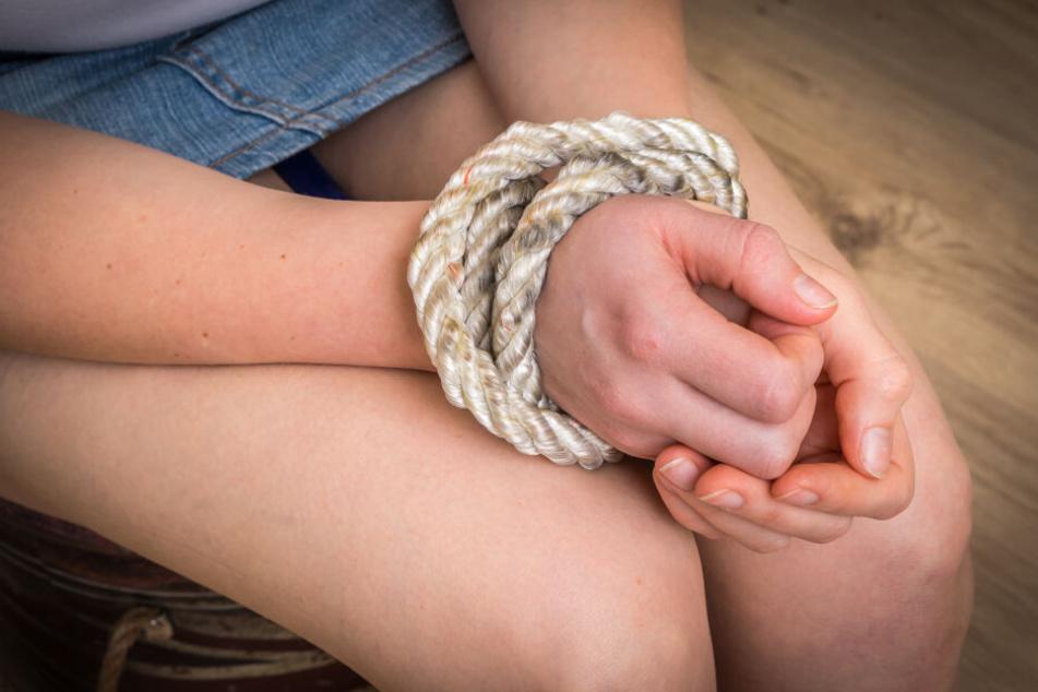 Mann entführt Jugendliche und hält sie 22 Jahre in seinem Haus gefangen