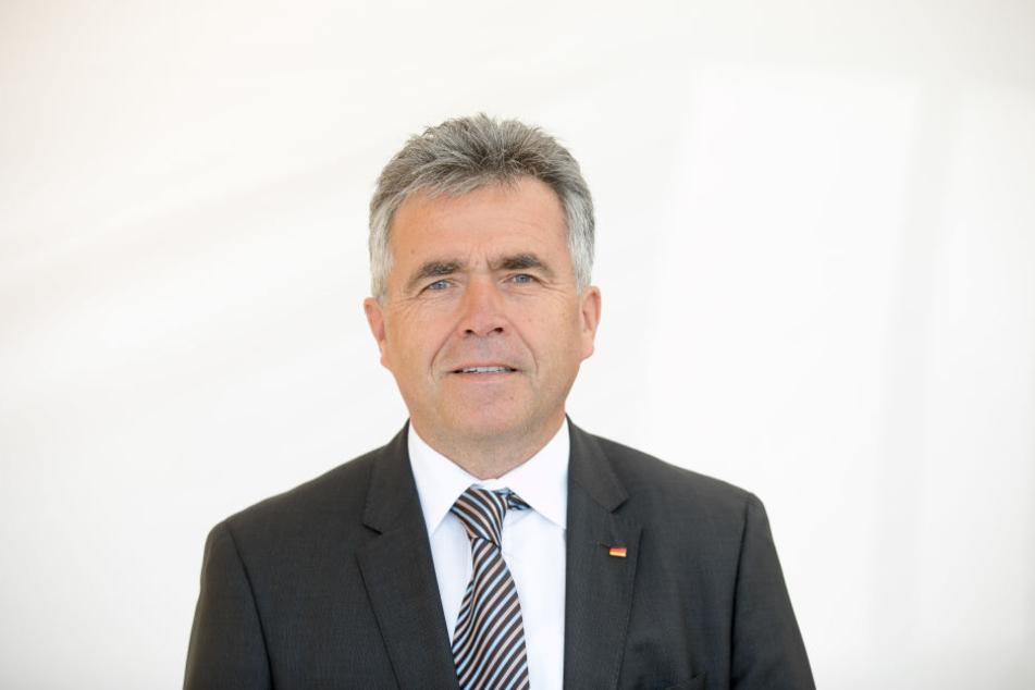 Der Bautzner Landrat Michael Harig (57, CDU) will Wölfe jagen lassen.