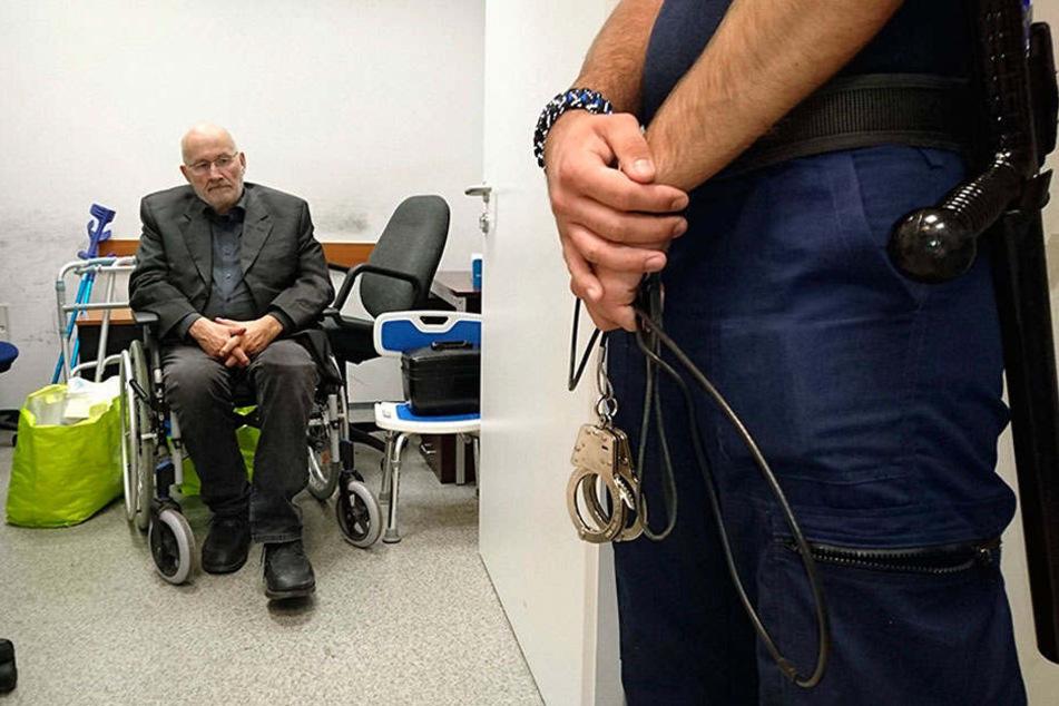 Der deutsche Rechtsextremist Horst Mahler wird am Internationalen Flughafen Budapest Liszt Ferenc von ungarischen Polizisten bewacht, bevor er an deutsche Polizisten überführt wird.