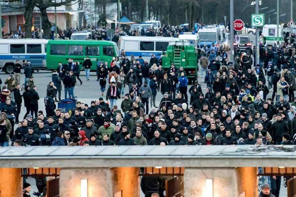 Fans von Eintracht Frankfurt vor dem Olympiastadion in Berlin.