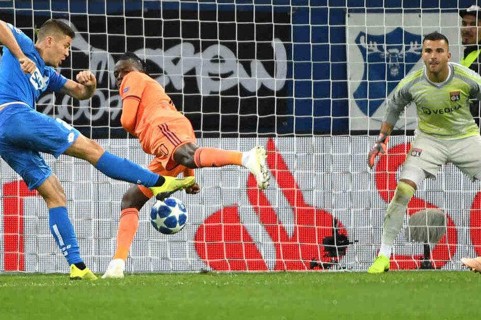 Andrej Kramaric (links) holt zum Schuss aus, zieht ab und verwandelt zum zwischenzeitlichen 2:1.