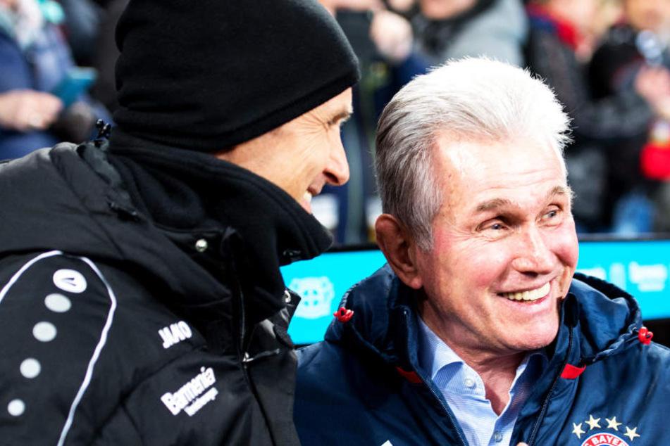 Bayerns Trainer Jupp Heynckes im freundschaftlichen Gespräch mit seinem Kollegen Heiko Herrlich von Bayer Leverkusen.