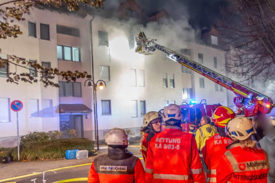 Tödliches Feuer in Mehrfamilienhaus: Ein Mensch stirbt!