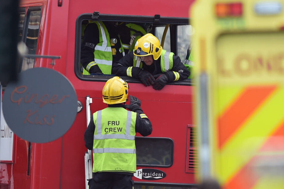 Rettungskräfte befreiten die Verletzten aus dem eingequetschten oberen Stockwerk.