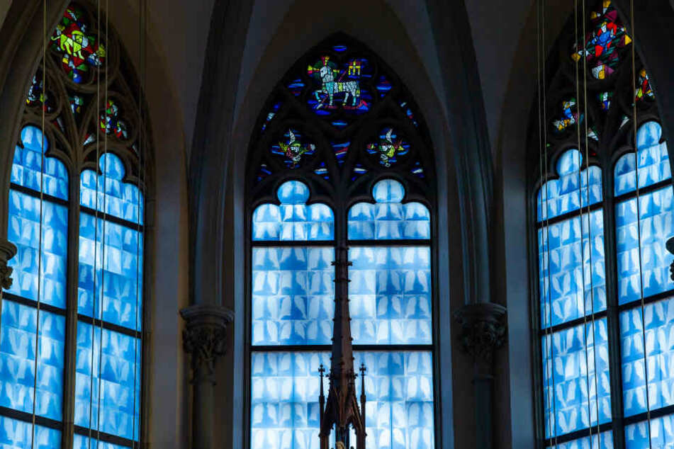 Die Fenster hinter dem Altar der Heilig Kreuz Kirche am Giesinger Berg ist nach fünfjähriger Sanierung mit 3000 Röntgenbildern von Lungen verziert worden.