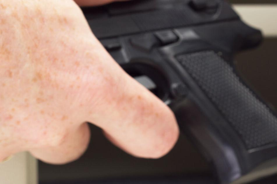 Polizei bringt betrunkene Jungs nach Hause, kurz darauf verlässt einer mit einer Pistole das Haus