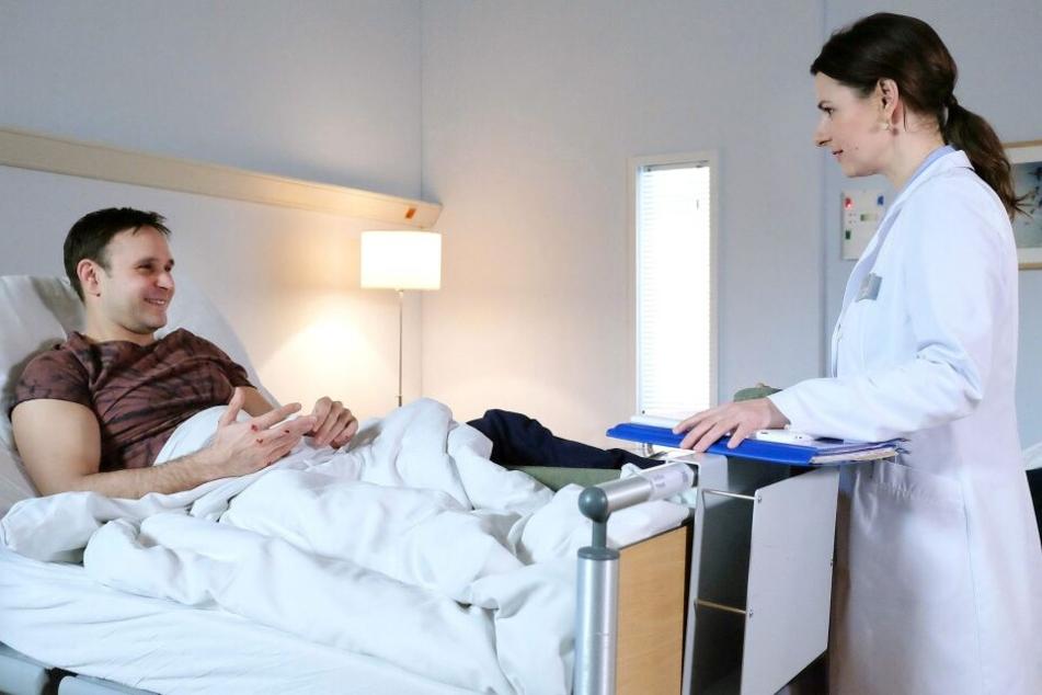 Frank Geißler ist vom Gerüst gefallen und hat sich das Bein gebrochen. Er freut sich sehr, dass er von Dr. Maria Weber behandelt wird und flirtet ordentlich mit ihr.