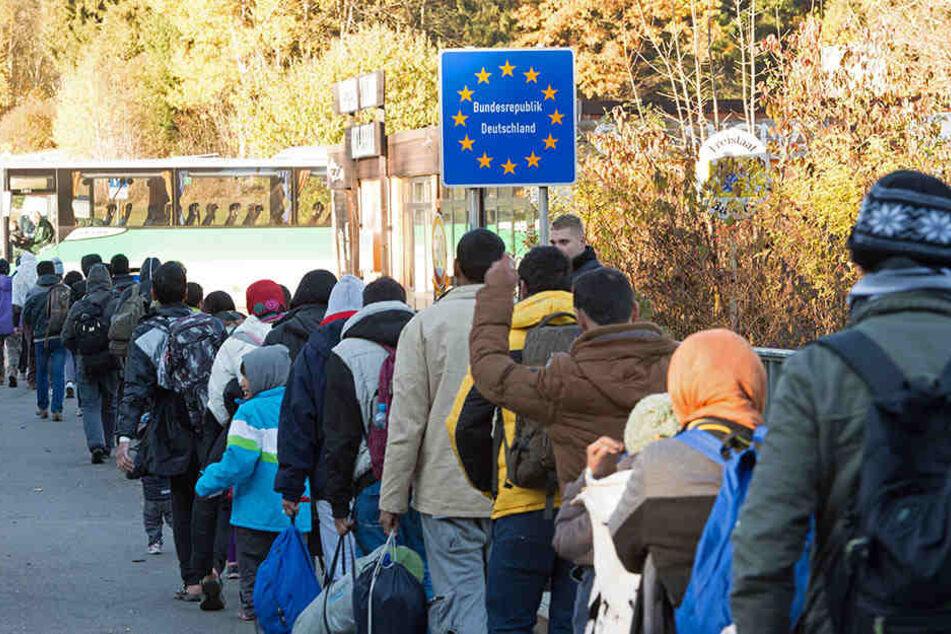 Flüchtlinge überqueren nahe Wegscheid in Bayern die Grenze von Österreich nach Deutschland.