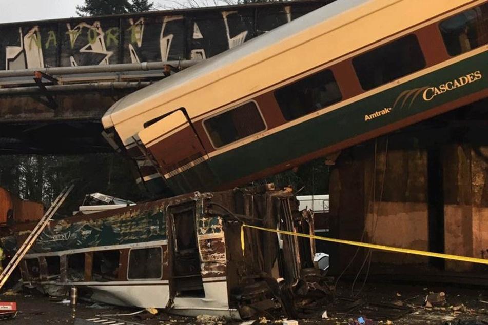 Das von der Washington State Patrol zur Verfügung gestellte Foto zeigt am 18. Dezember in Tacoma in der Nähe von Seattle einen entgleisten Zug, der teilweise auf eine Autobahn gestürzt ist.