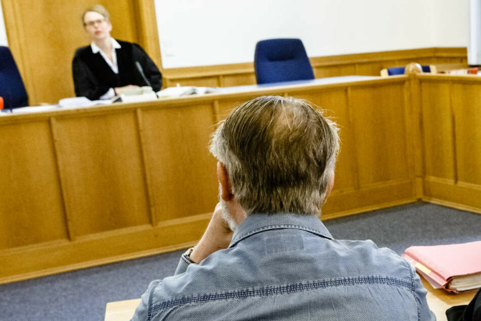 Der Angeklagte beim Prozessauftakt im Landgericht Flensburg.