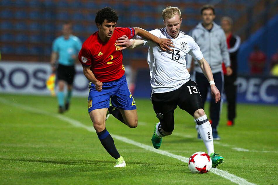 Mateu Morey (l.) im Halbfinale der U17-EM 2017 im Duell mit Herthas deutschem Junioren-Nationalspieler Dennis Jastrzembski.
