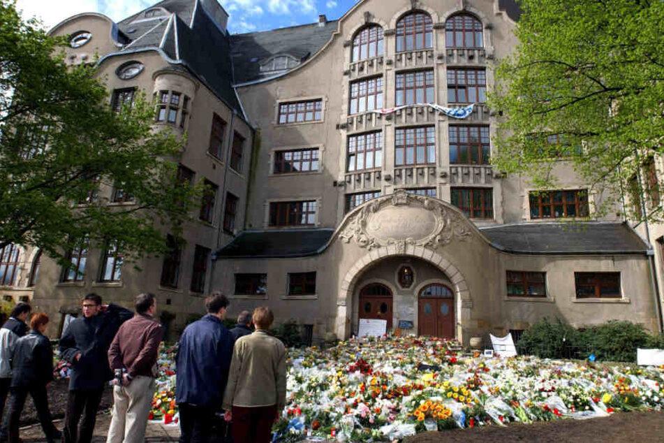 Tausende Blumen wurden 2002 vor dem Gymnasium abgelegt. (Archivbild)