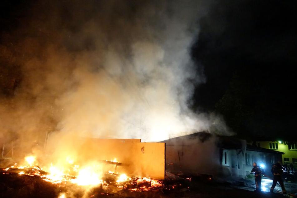 Lagerräume und Werkstätten des Bildungszentrums in Pirna stehen in Flammen.