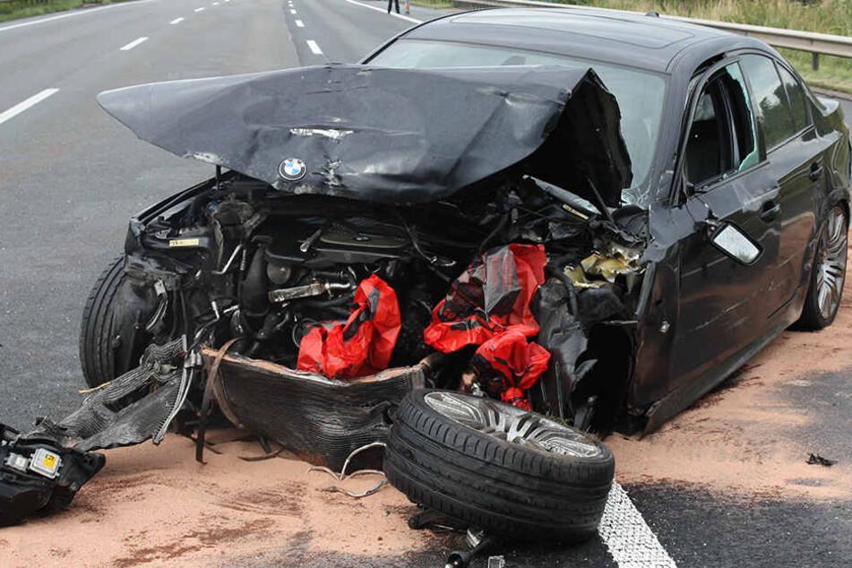 Der BMW musste nach dem Unfall komplett zerstört abtransportiert werden.
