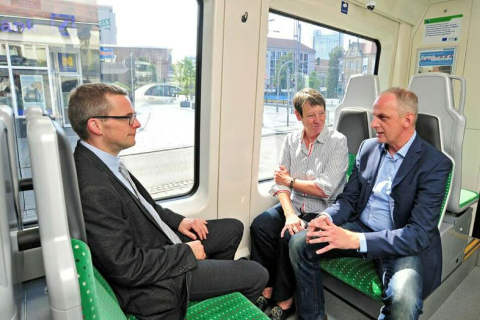 Bundesumweltministerin Barbara Hendricks (SPD) und MdB Detlef Müller (SPD) besuchten das Chemnitzer Modell, Mathias Korda (l.) begleitet die Ministerin während der Fahrt mit dem Citylink zum Stadlerplatz.