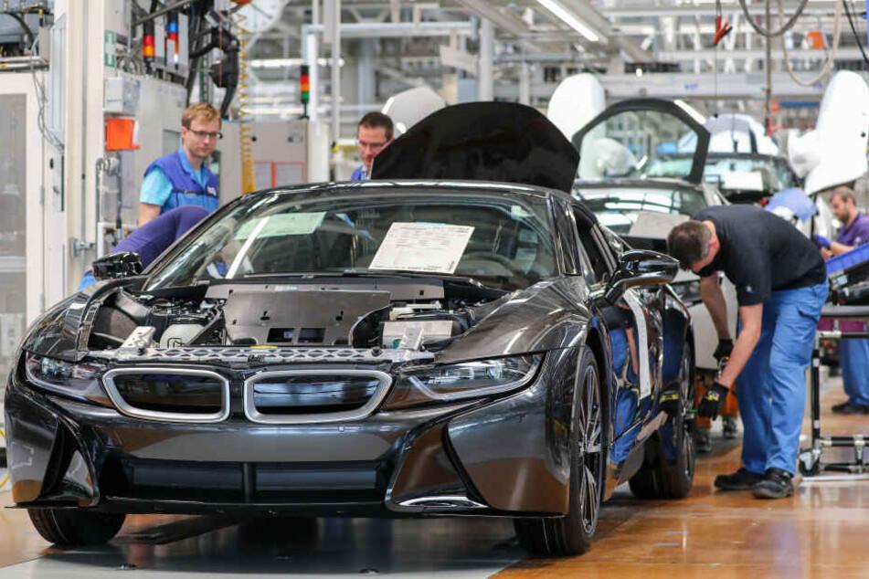 Die 23 Autofabriken von BMW sollen auf Ökostrom umgestellt werden. (Archivbild)