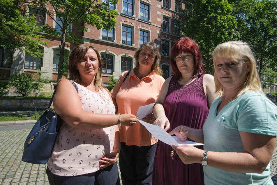 110 zusätzliche Schüler an der Josephinenschule lehnen Madlen Arnold (34, v.l.), Heike Nestler (49), Katrin Franke (38) und Kathrin Friedrich (39)