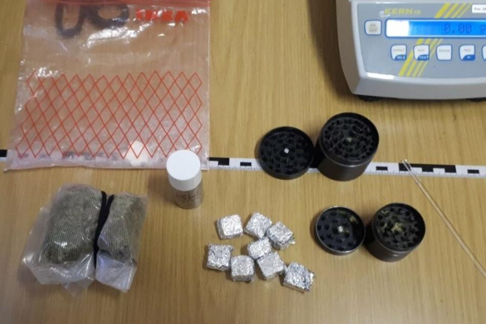 Diese Drogen und Zubehör wurden bei dem 18-Jährigen gefunden.